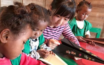 マダガスカルで子供たちと折り紙をする日本人チャイルドケアボランティア
